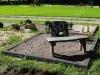 Hauapiire pesubetoonist lego, must kild ja must tsement, 2 hauakohta (laius 250cm, pikkus 250cm), serva laius 13cm, lillenurk (75x75cm) mullaga, graniitkillustik punakaspruun