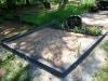 Hauapiire pesubetoonist lego, must kild ja must tsement, 2 hauakohta (laius 250cm, pikkus 250cm), serva laius 13cm, sirge lilleriba mullaga, liiv