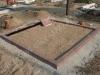 Hauapiire pesubetoonist lego, punakaspruun kild ja punakaspruun tsement, 2 hauakohta (laius 250cm, pikkus 250cm), serva laius 13cm, sirge lilleriba mullaga, liiv