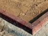 Hauapiire pesubetoonist lego, punakaspruun kild ja punakaspruun tsement, 3 hauakohta (laius 375cm, pikkus 250cm), serva laius 13cm, liiv
