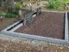 Hauapiire pesubetoonist lego, hall kild ja hall tsement, 4 hauakohta (laius 500cm, pikkus 250cm), serva laius 13cm, sirge lilleriba mullaga, graniitkillustik punakaspruun