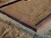 Hauapiire pesubetoonist lego, punakaspruun kild, ja punakaspruun tsement, 4 hauakohta (laius 500cm, pikkus 250cm), serva laius 13cm, lilleriba sirge mullaga, liiv