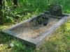 Hauapiire pesubetoonist, hall kild ja hall tsement, 1 hauakoht (laius 125cm,  pikkus 250cm), serva laius 15cm, kõrge päis, sirge lilleriba mullaga, liiv