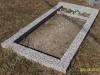 Hauapiire pesubetoonist, hall kild ja hall tsement, 1 hauakoht (laius 125cm,  pikkus 250cm), serva laius 15cm, kõrge päis, sirge lilleriba
