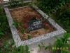 Hauapiire pesubetoonist, 1 hauakoht, hall kild ja hall tsement, laius-125cm, pikkus-250cm, serva laius-15cm, kõrge päis, sirge lilleriba, muld, liiv (a)