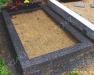 Hauapiire pesubetoonist, must kild ja must tsement, 1 hauakoht (laius 125cm, pikkus 250cm), serva laius 15cm, kõrge päis, sirge lilleriba mullaga, liiv