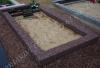 Hauapiire pesubetoonist, punakaspruun kild ja punakaspruun tsement, 1 hauakoht (laius 125cm, pikkus 250cm), serva laius 15cm, kõrge päis, sirge lilleriba mullaga, liiv