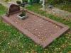 Hauapiire pesubetoonist, punakaspruun kild ja punakaspruun tsement, 1 hauakoht (laius 125cm, pikkus 250cm), serva laius 15cm, punakaspruun graniitkillustik