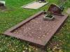 Hauapiire pesubetoonist, 1 hauakoht, punakaspruun kild ja punakaspruun tsement, laius-125cm, pikkus-250cm, serva laius-15cm, punakaspruun graniitkillustik (c)