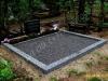 Hauapiire pesubetoonist, hall kild ja hall tsement, 2 hauakohta (laius 250cm, pikkus 250cm), serva laius 15cm, kõrge päis, sirge lilleriba mullaga, graniitkillustik tume mix