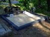 Hauapiire pesubetoonist, must kild ja must tsement, 2 hauakohta (laius 250cm, pikkus 250cm), serva laius 15cm, kõrge päis, sirge lilleriba mullaga, liiv