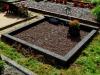 Hauapiire pesubetoonist, 2 hauakohta, must kild ja must tsement, laius-250cm, pikkus-250cm, serva laius-15cm, kõrge päis, vaas, muld, graniitkillustik punakaspruun (a)