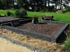 Hauapiire pesubetoonist, 2 hauakohta, must kild ja must tsement, laius-250cm, pikkus-250cm, serva laius-15cm, kõrge päis, vaas, muld, graniitkillustik punakaspruun (b)