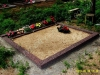 Hauapiire pesubetoonist, punakaspruun kild ja punakaspruun tsement, 2 hauakohta (laius 250cm, pikkus 250cm), serva laius 15cm, kõrge päis, sirge lilleriba mullaga, liiv