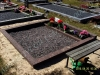 Hauapiire pesubetoonist, 2 hauakohta, punakaspruun kild ja punakaspruun tsement, laius-250cm, pikkus-250cm, serva laius-15cm, kõrge päis, sirge lilleriba, muld, graniitkillustik tume mix