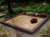 Hauapiire pesubetoonist, 2 hauakohta, punakaspruun kild ja punakaspruun tsement, laius-250cm, pikkus-250cm, serva laius-15cm, kõrge päis, sirge lilleriba, muld, liiv (a)