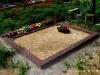 Hauapiire pesubetoonist, 2 hauakohta, punakaspruun kild ja punakaspruun tsement, laius-250cm, pikkus-250cm, serva laius-15cm, kõrge päis, sirge lilleriba, muld, liiv (b)