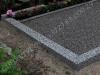 Hauapiire pesubetoonist, hall kild ja hall tsement, 3 hauakohta (laius 375cm, pikkus 250cm), serva laius 15cm, kõrge päis, sirge lilleriba mullaga, graniitkillustik hele mix