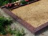 Hauapiire pesubetoonist, punakaspruun kild ja punakaspruun tsement, 3 hauakohta (laius 375cm, pikkus 250cm), serva laius 15cm, kõrge päis, sirge lilleriba mullaga, liiv