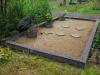 Hauapiire pesubetoonist, hall kild ja hall tsement, 4-hauakohta (laius 500cm, pikkus 250cm), serva laius 15cm, kõrge päis, 3 vaasi mullaga, liiv