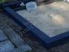 Hauapiire pesubetoonist, 4 hauakohta, must kild ja must tsement, laius-500cm, pikkus-250cm, serva laius-15cm, kõrge päis, sirge lilleriba, muld, liiv
