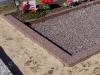 Hauapiire pesubetoonist, punakaspruun kild ja punakaspruun tsement, 4 hauakohta (laius 500cm, pikkus 250cm), serva laius 15cm, kõrge päis, sirge lilleriba mullaga, graniitkillustik tume mix