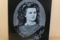 Mustale graniidile graveeritud Lydia Koidula portree