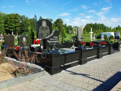 Graniidist hauapiire Johvi kalmistul must poleeritud graniit pealt puramiidikujulised postid 04