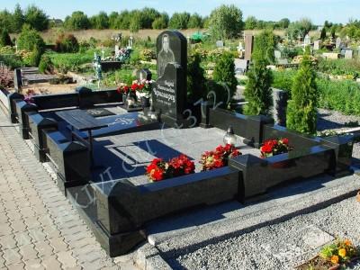 Graniidist hauapiire Johvi kalmistul must poleeritud graniit pealt puramiidikujulised postid 05