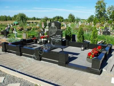 Graniidist hauapiire Johvi kalmistul must poleeritud graniit pealt puramiidikujulised postid 07