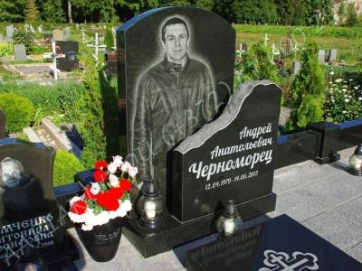 Graniidist hauapiire Johvi kalmistul must poleeritud graniit pealt puramiidikujulised postid 10