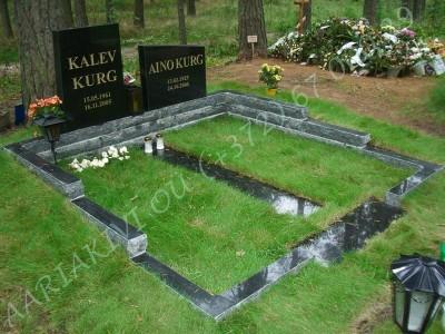 Graniidist hauapiire Tallinna Metsakalmistul mitmekihiline pealt poleeritud servad murtud muruvaip 00