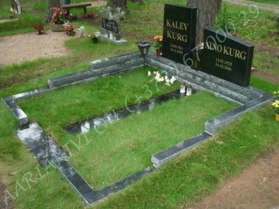Graniidist hauapiire Tallinna Metsakalmistul mitmekihiline pealt poleeritud servad murtud muruvaip 02