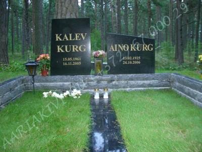 Graniidist hauapiire Tallinna Metsakalmistul mitmekihiline pealt poleeritud servad murtud muruvaip 03