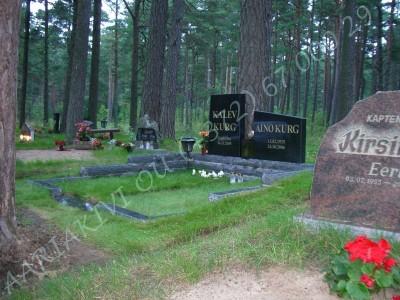 Graniidist hauapiire Tallinna Metsakalmistul mitmekihiline pealt poleeritud servad murtud muruvaip 07