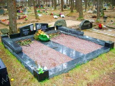 Hauapiire Liiva kalmistul pealt poleeritud ja murtud servadega graniidist graniidist nurgavaasid 02