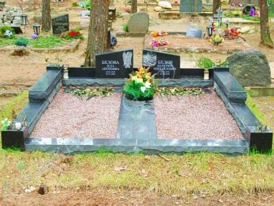 Hauapiire Liiva kalmistul pealt poleeritud ja murtud servadega graniidist graniidist nurgavaasid 03