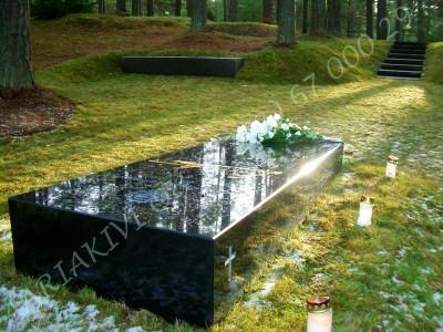 Lennart Meri haud Tallinna metsakalmistul, mustast poleeritud graniidist hauakivi, kivist trepp ja pink 01
