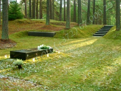 Lennart Meri haud Tallinna metsakalmistul, mustast poleeritud graniidist hauakivi, kivist trepp ja pink 02