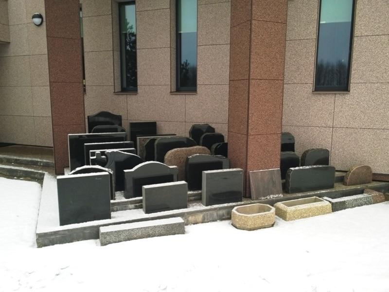 Matusebüroo Kristin-matusekeskus Maardu kalmistul-hauakivide väljapanek