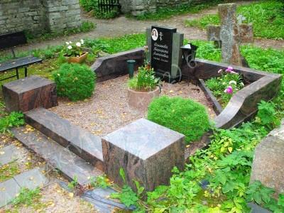 Poleeritud punakaspruunist graniidist hauapiire Siselinna kalmistul 01