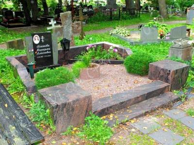 Poleeritud punakaspruunist graniidist hauapiire Siselinna kalmistul 02